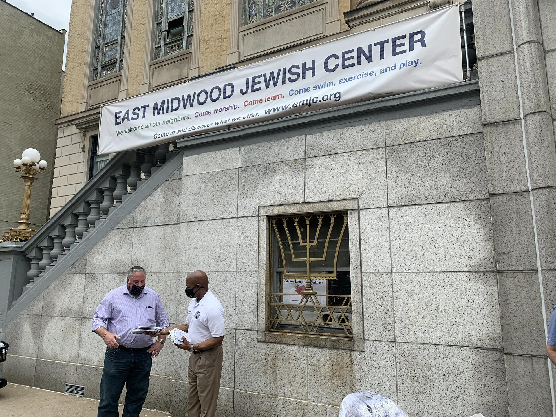 Brooklyn Borough President distributes masks outside the East Midwood Jewish Center, June 5, 2020. (Eric Adams Flickr)